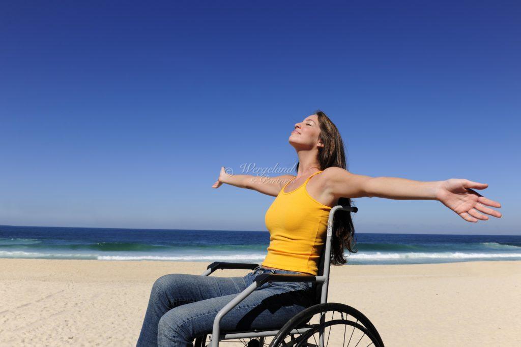 rullestol på stranden sol