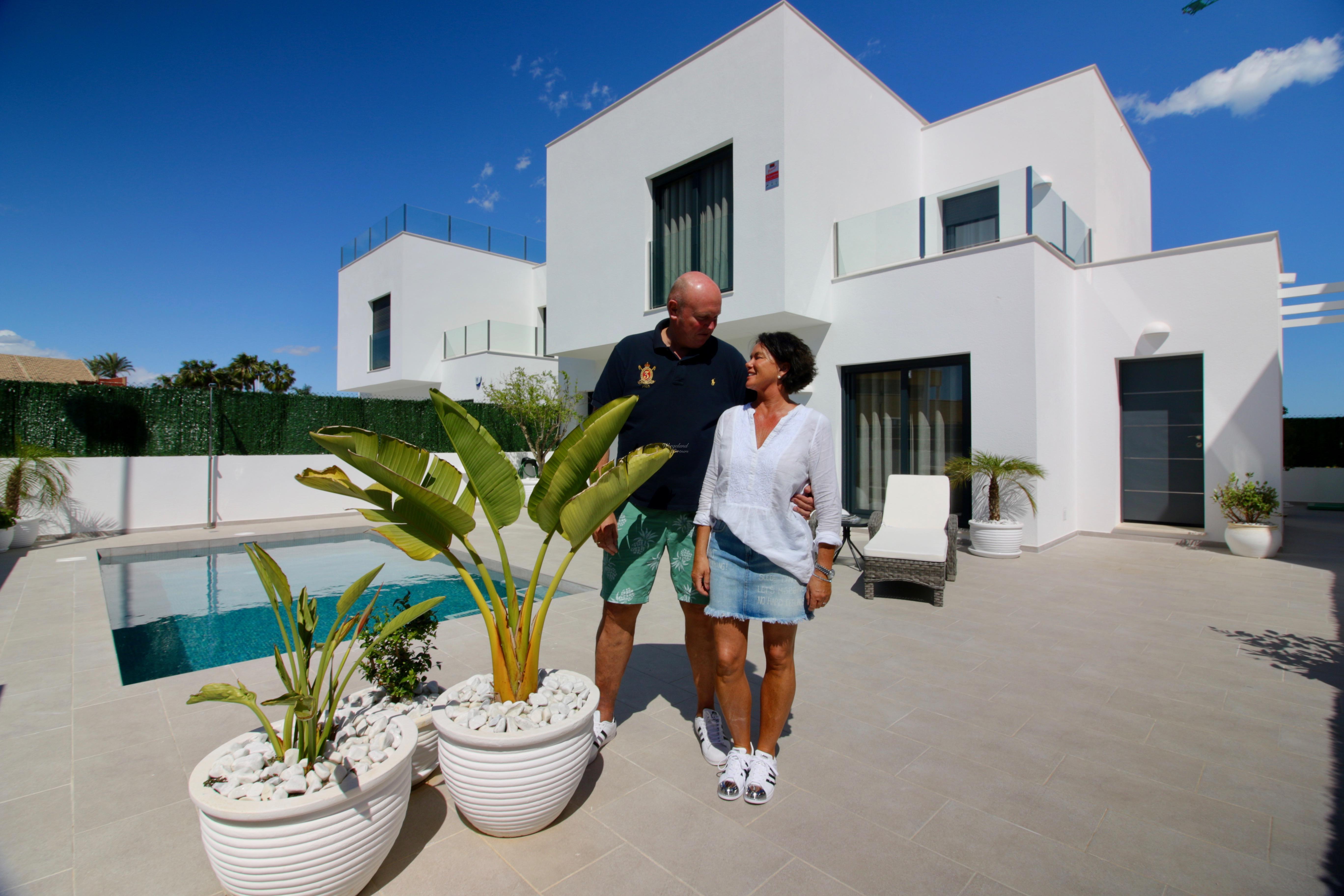 Meglerens Valg: 4-roms moderne og lys enebolig med privat basseng og takterrasse- gangavstand til Middelhavets strender [EPVW]