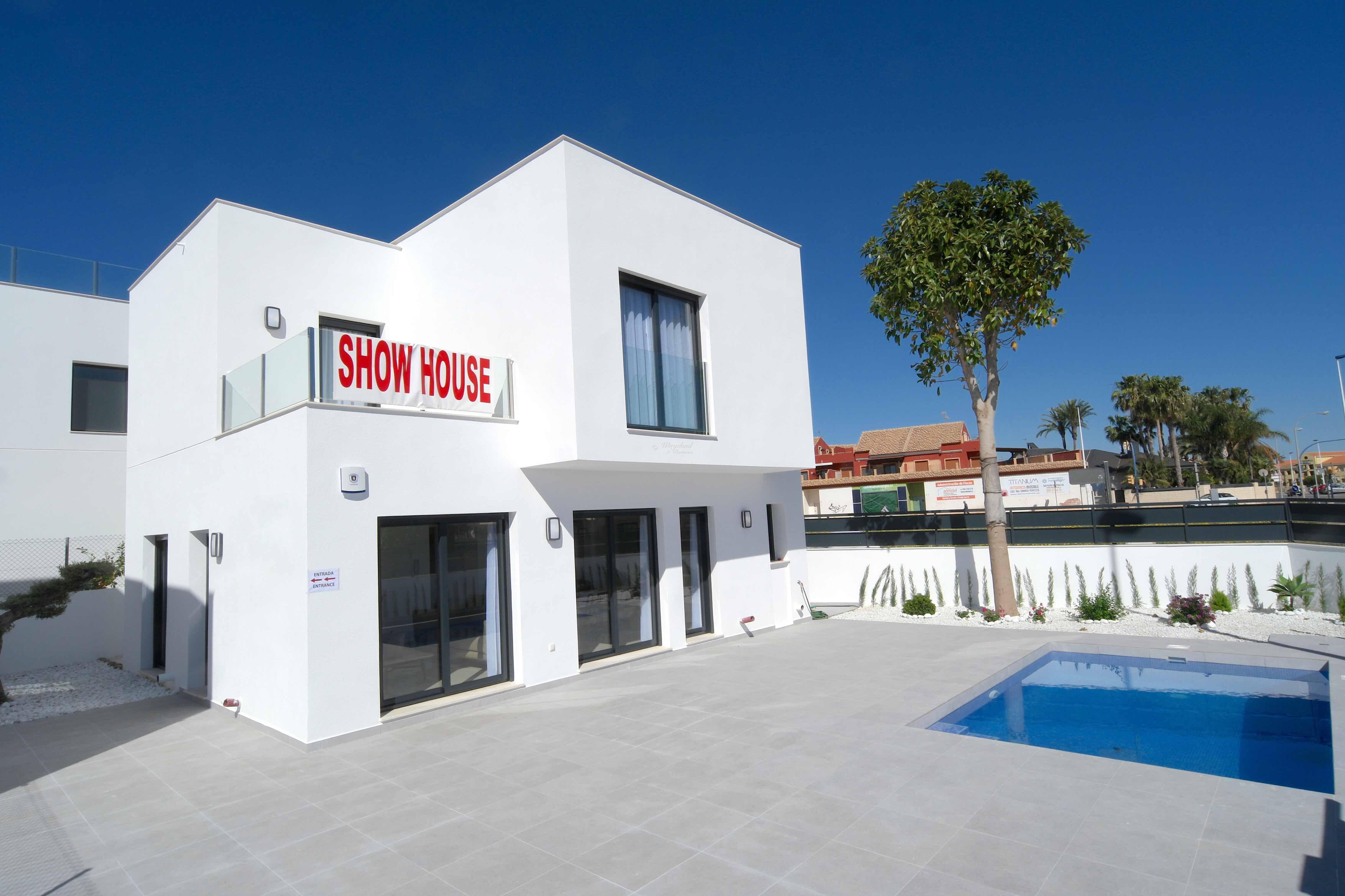 Kjøp Visningshuset! Ferdig møblert ny villa på hjørnetomt i San Pedro del Pinatar MED TAKTERRASSE. Innflyttingsklar [EPVE1]