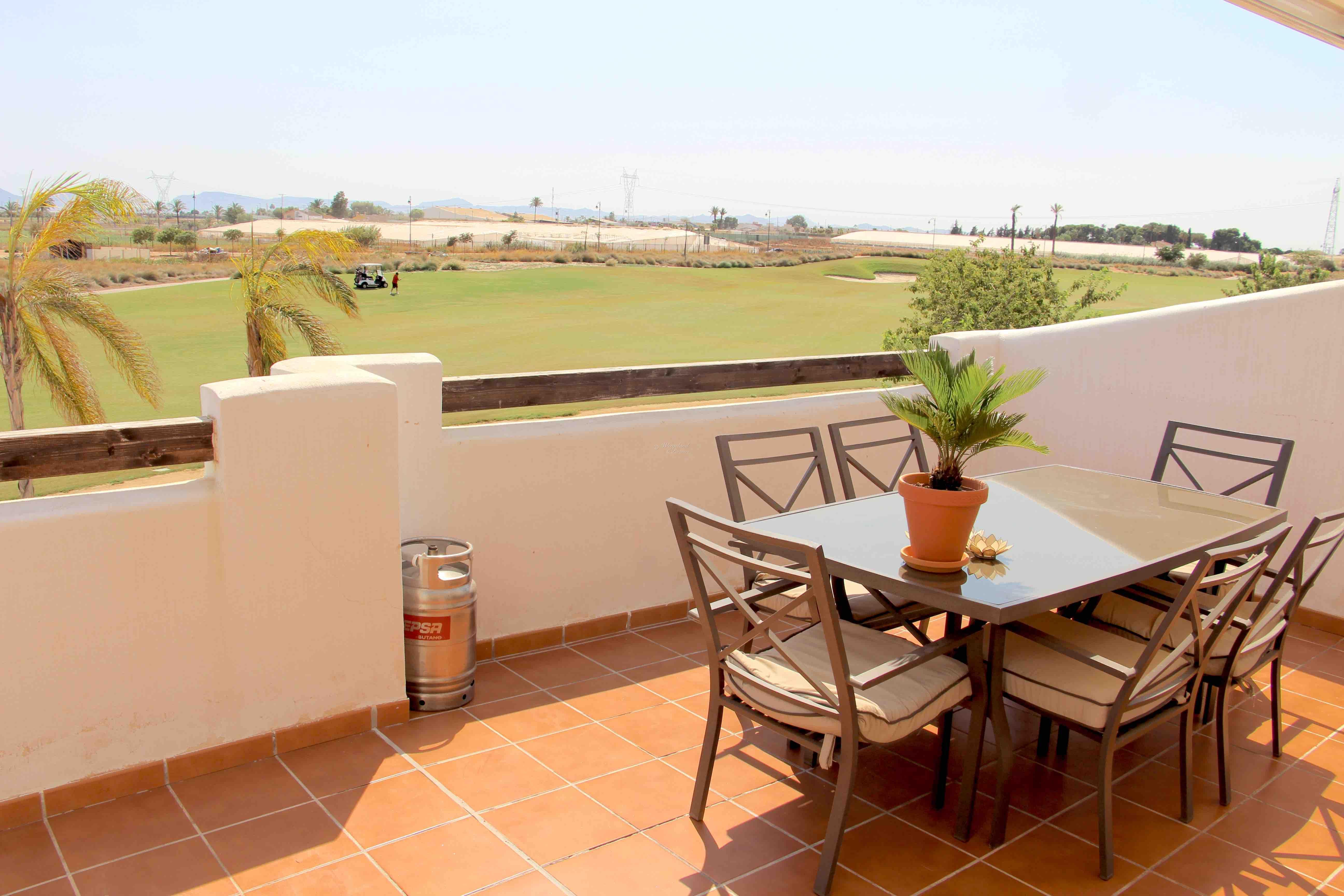 SE PRISEN: 3-roms møblert sydvendt 1.line lys golfleilighet med 40 m2 stor terrasse som bader i sol [A811]