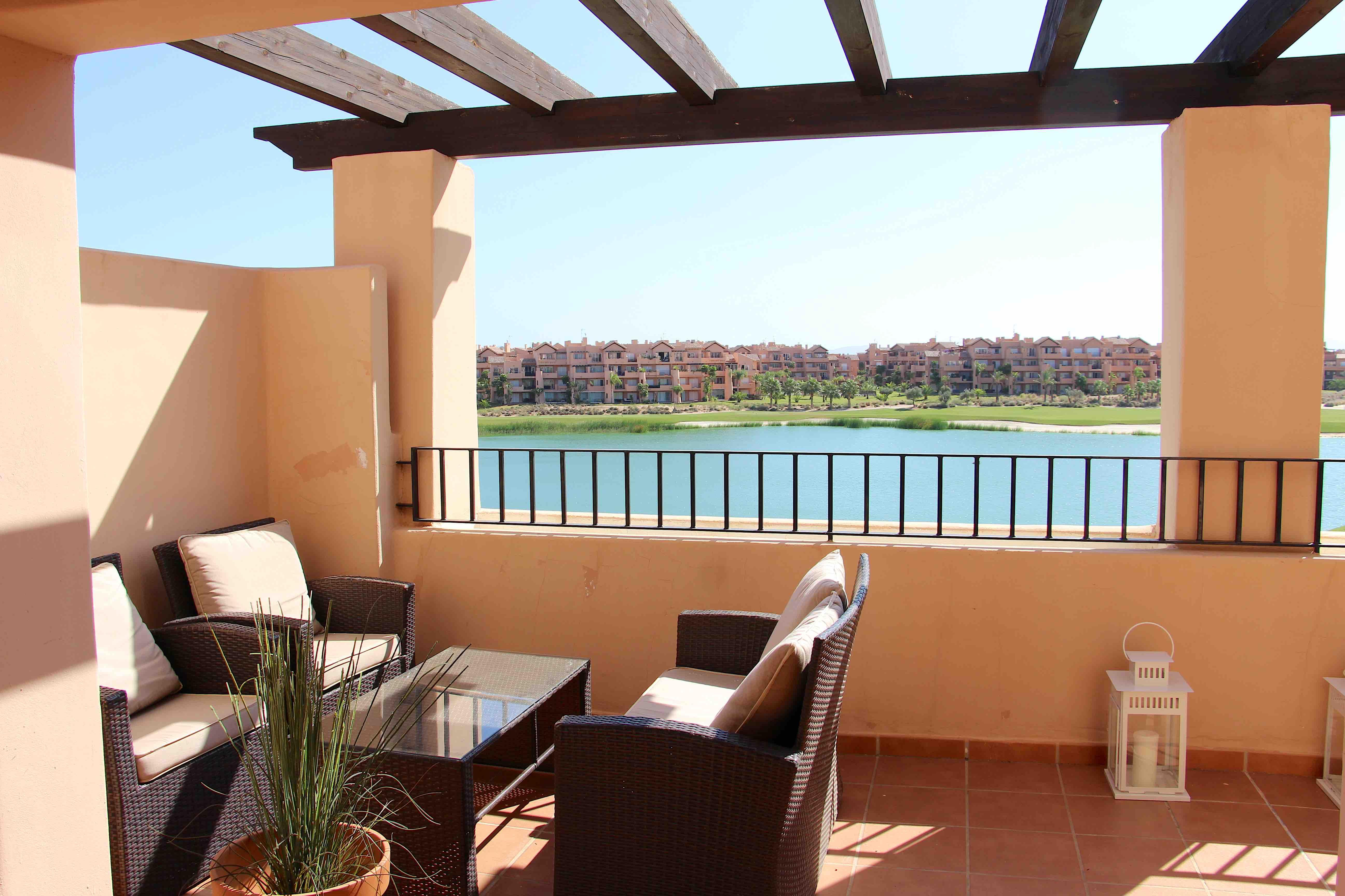 3-roms sydvendt møblert leilighet- Favorittutsikt over golf og innsjøen fra romslig solrik terrasse [6921]