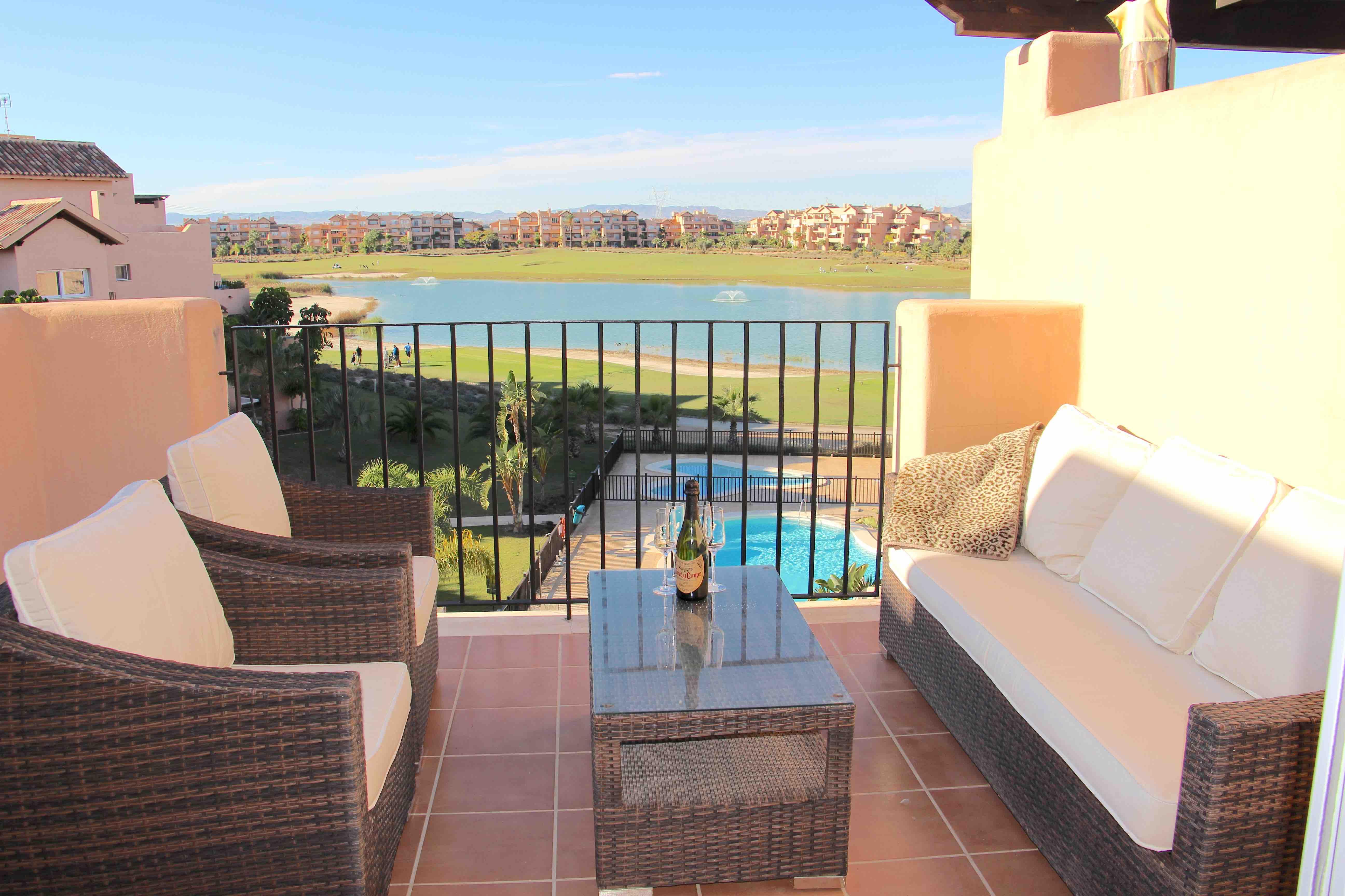 Vestvendt Penthouse med Resortens favorittutsikt over innsjøen, golfbanen og basseng [9731]