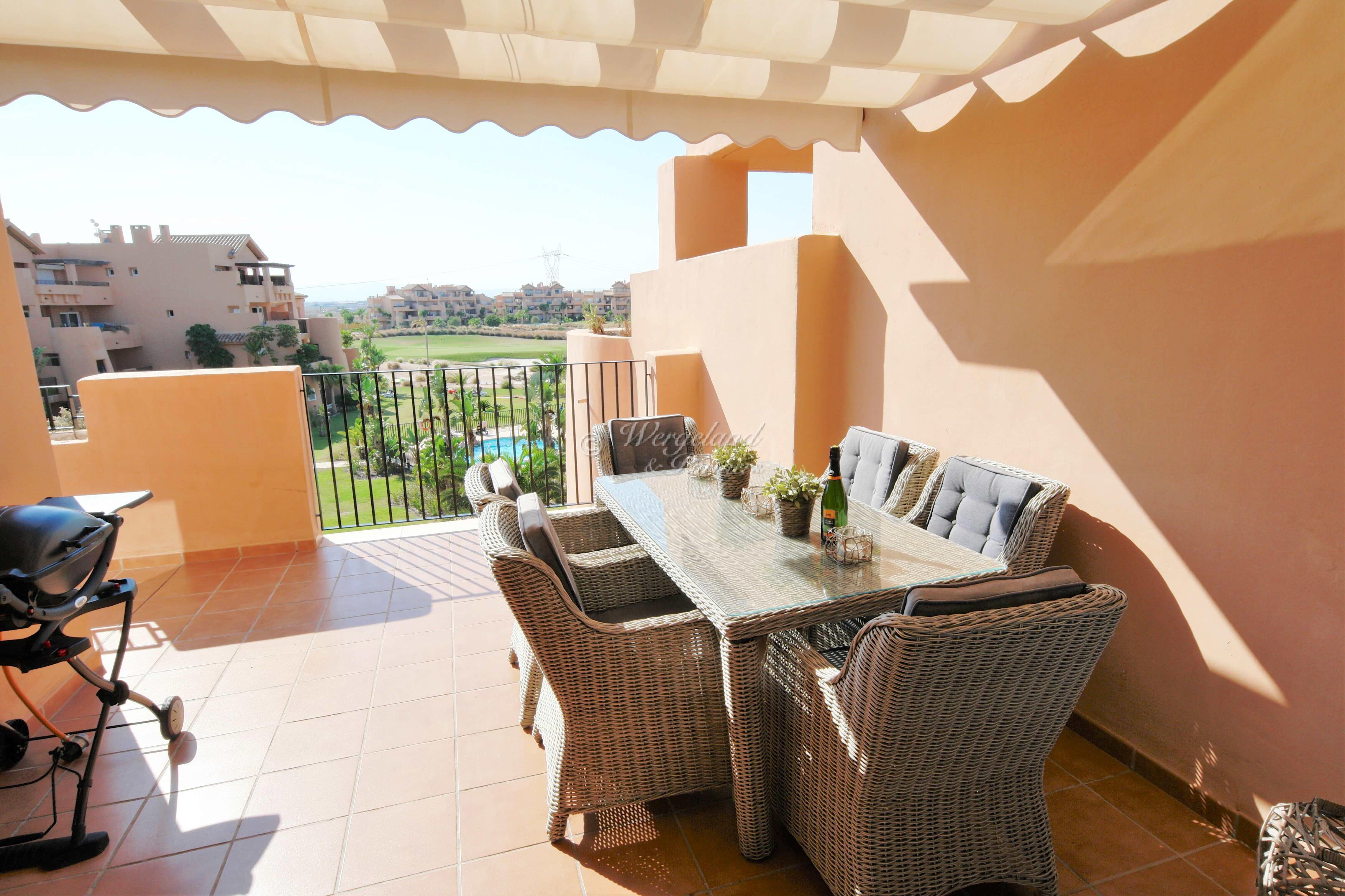 4-roms møblert lys toppetasje med solrik utsikt over basseng og golf [11921]
