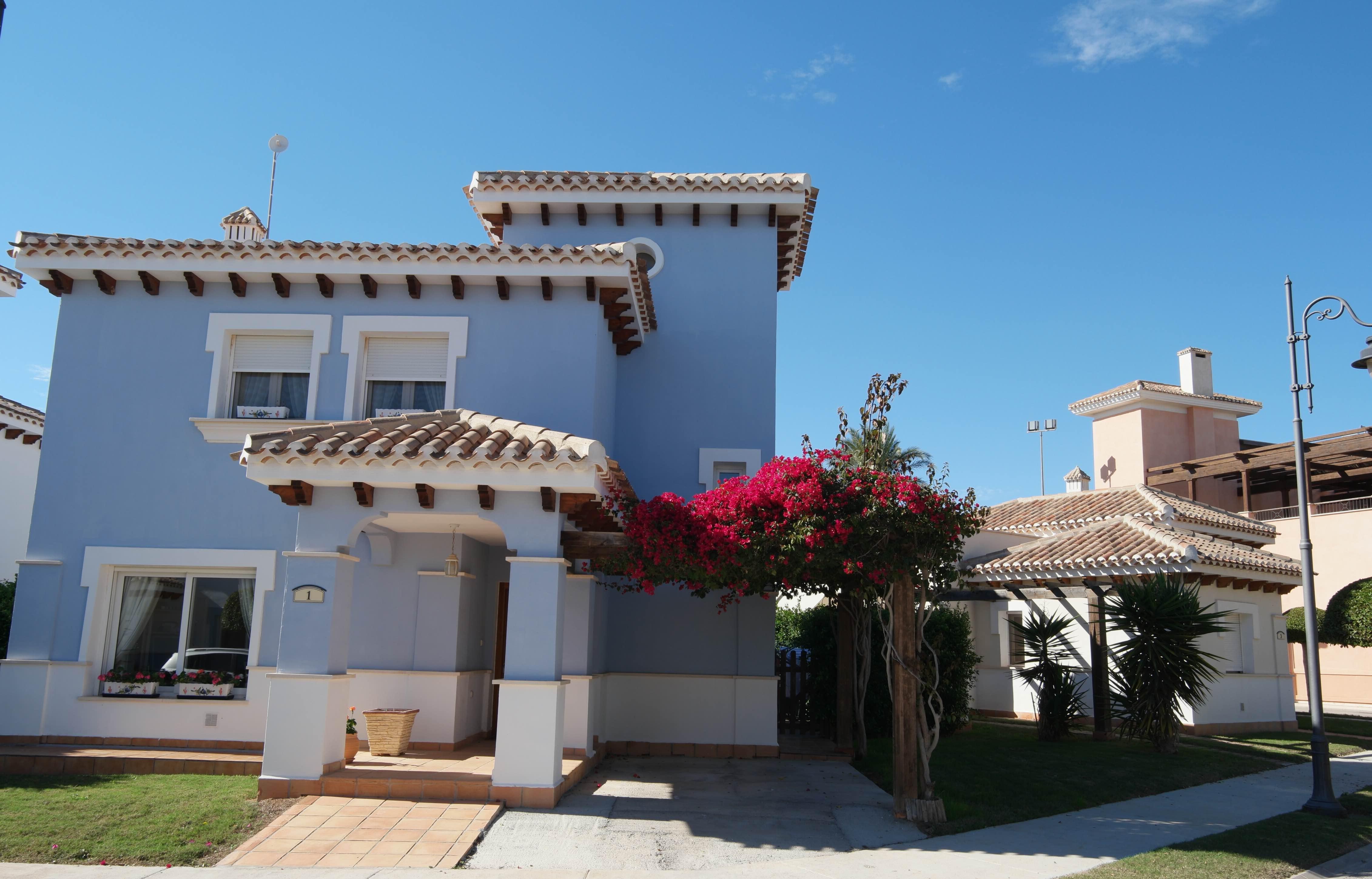 Gi Bud: 4-roms møblert sydvestvendt utvidet villa på hjørnet nedenfor social club [C1]