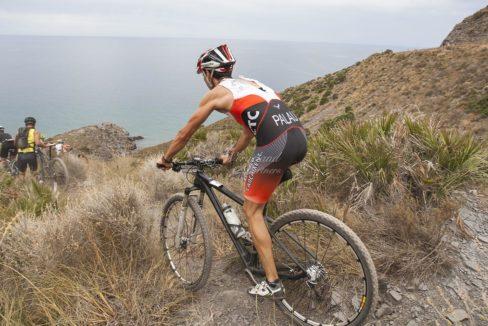 Syklist kupert terreng